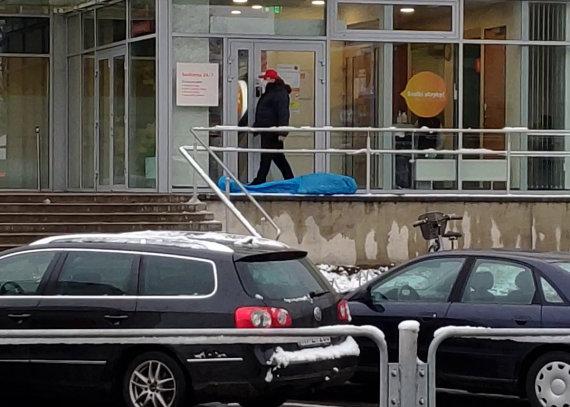 Skaitytojo Mariaus nuotr./Varėnos centre sukniubo ir mirė žmogus: kūnas paliktas gulėti apie pusvalandį