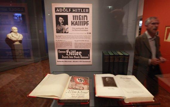 """Reuters""/""Scanpix"" nuotr./Adolfo Hitlerio knyga ""Mano kova"""