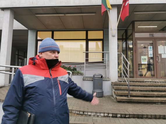 Aurelijos Jašinskienės/15min.lt nuotr./Vladas Bertašius prie Plungės apylinkės teismo