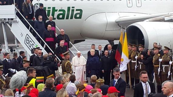 Vidmanto Balkūno / 15min nuotr./Vilniaus oro uoste sutinkamas popiežius Pranciškus