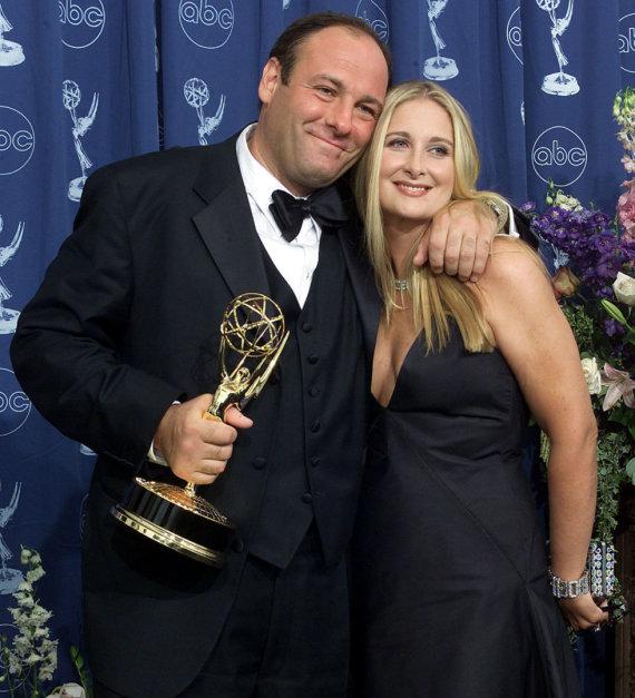 """AFP/""""Scanpix"""" nuotr./Serialo """"Sopranai: mafijos kronika"""" žvaigždė Jamesas Gandolfini su žmona Marcy (2000 m.)"""