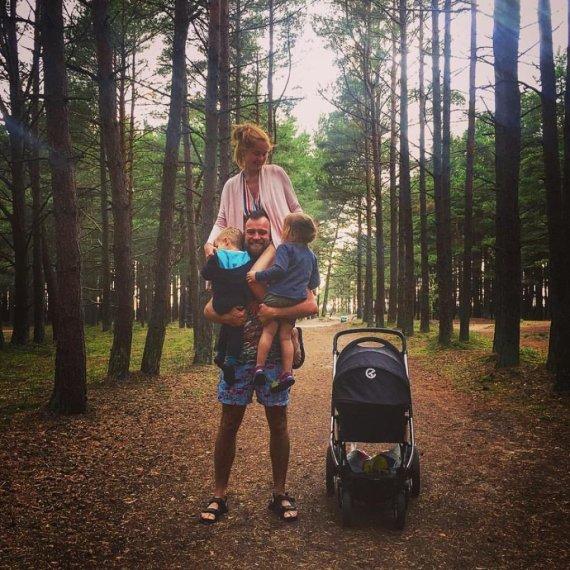 Asmeninio archyvo nuotr./Simonas su žmona Ieva augina tris vaikus