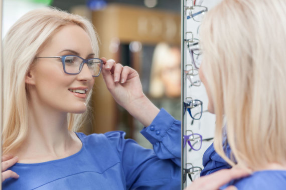 123RF.com nuotr./Moteris su akiniais