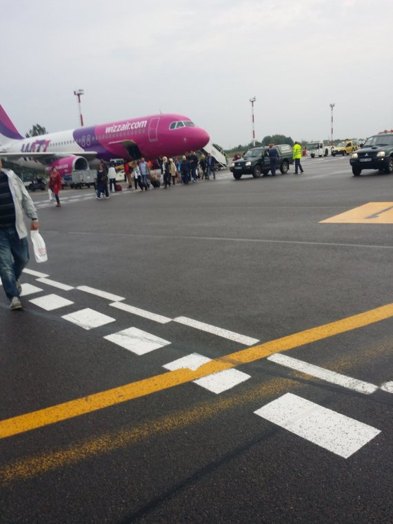 """Skaitytojos Ingridos nuotr./""""Wizz Air"""" lėktuvas vos pakilęs buvo priverstas leisti Vilniuje, kai į jį pataikė žaibas."""