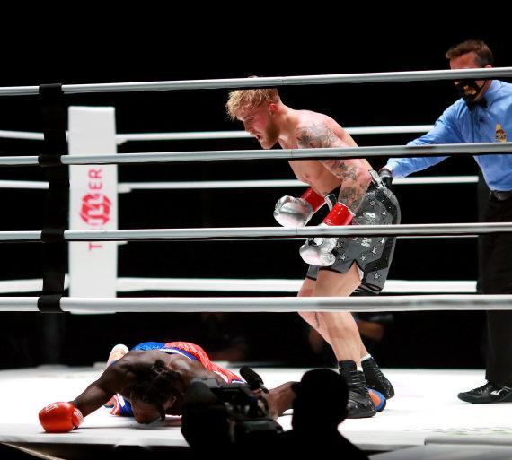 """""""Scanpix"""" nuotr./Nate'as Robinsonas žengė į bokso ringą, bet Jake'as Paulas pasiuntė jį nokautą."""