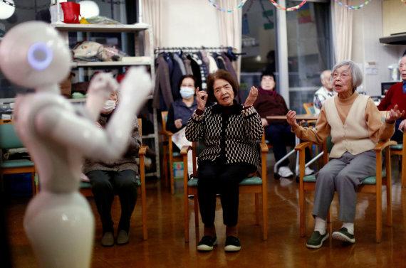 """""""Reuters""""/""""Scanpix"""" nuotr./Senstančioje Japonijoje senelių priežiūrai pasitelkiami robotai"""