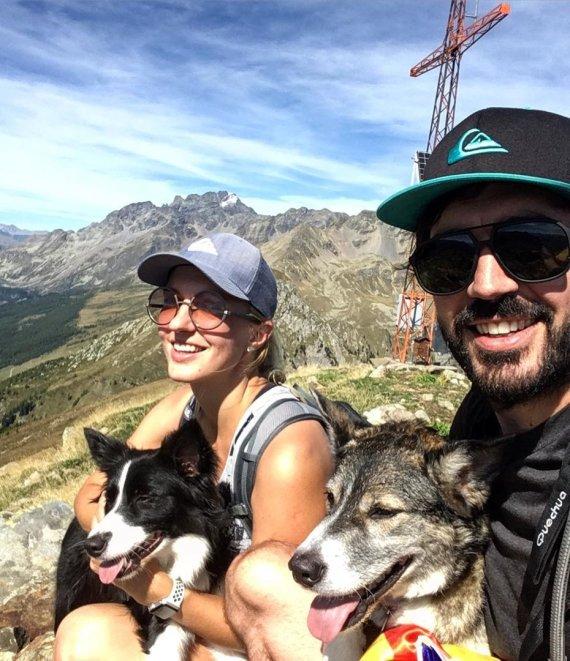 Asmeninio archyvo nuotr./Mingailė ir Albertas kalnuose su savo šunimis