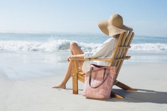 Shutterstock nuotr./Moteris paplūdimyje.