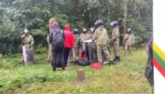 Vaizdo įrašo STOP kadras/Baltarusijos pareigūnai su skydais blokuoja migrantų grąžinimą