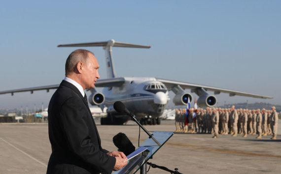 """AFP/""""Scanpix"""" nuotr./Vladimiras Putinas Hmeimimo karinių oro pajėgų bazėje"""