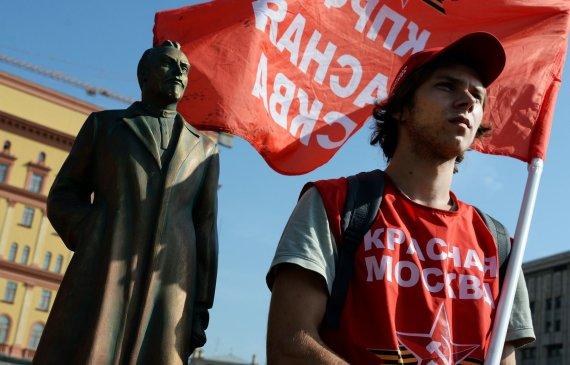 """AFP/""""Scanpix"""" nuotr./Rusijos komunistų partijos rėmėjas prie F.Dzeržinsko paminklo"""