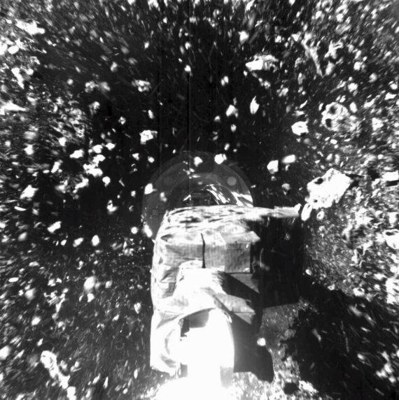 """""""Scanpix""""/AP nuotr./Manipuliatoriui užkabinus asteroido uolieną ji pažiro į visas puses"""
