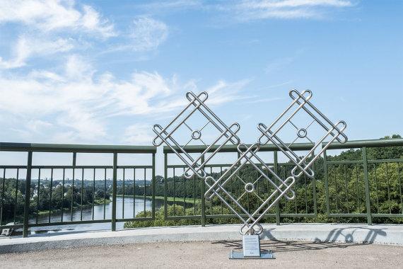 Alytaus miesto savivaldybės nuotr./Baltosios rožės tiltas papuoštas beveik dviejų metrų aukščio širdimi, ant kurios bus galima kabinti meilės spynas