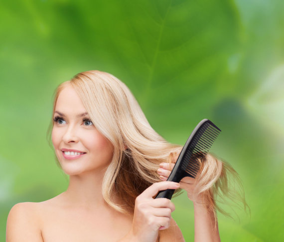 123RF.com nuotr./Mergina šukuojasi plaukus retomis šukomis