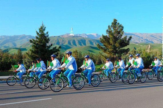 tdh.gov.tm nuotr./Antradienį į Turkmėnistano gatves pasileido dviratininkai Pasaulio sveikatos dienos proga