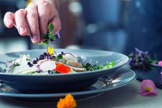 Vida Press nuotr./Šefas dekoruoja patiekalą