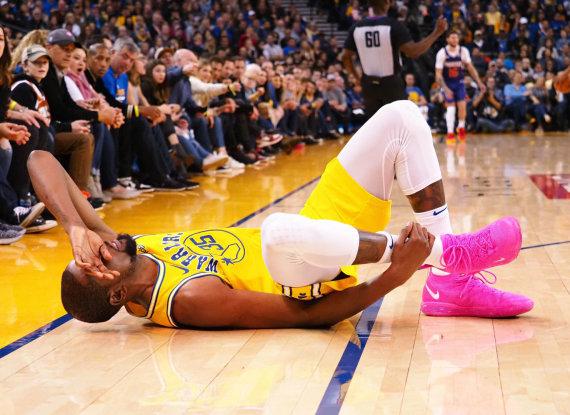 """""""Reuters""""/""""Scanpix"""" nuotr./Kevinas Durantas susižeidė čiurną, o """"Warriors"""" krito Finikse."""