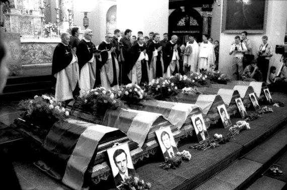 Raimundo Šuikos nuotr./Medininkų pasienio kontrolės poste 1991 m. liepos 31 d. žiauriai nužudytų septynių Lietuvos pareigūnų karstai paskutiniam atsisveikinimui. Arkikatedroje aukojamos Šv. Mišios