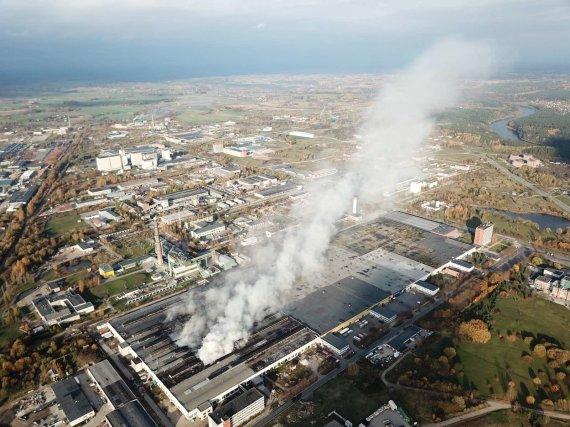 """PAGD nuotr./Rūkstantis padangų gamyklos """"Ekologistika"""" pastatas"""