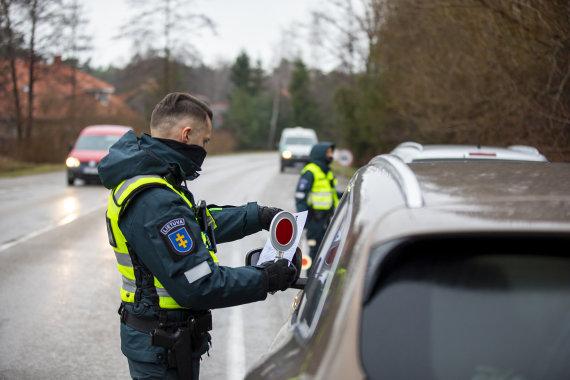 Klaipėdos apskrities VPK nuotr./Pareigūnai tikrina, kaip gyventojai laikosi karantino taisyklių