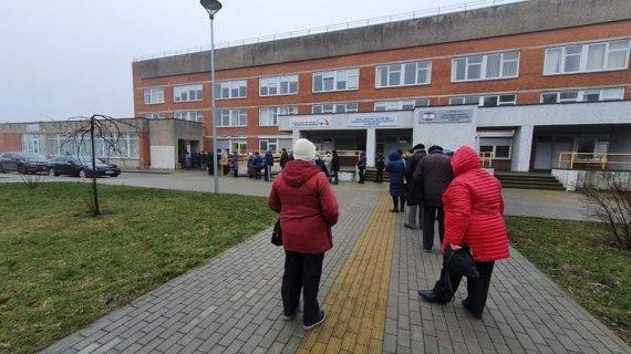 M.Andrijanovo nuotr./Pirmadienį prie Klaipėdos miesto poliklinikos nusidriekė eilė senjorų, laukiančių vakcinų nuo COVID-19.
