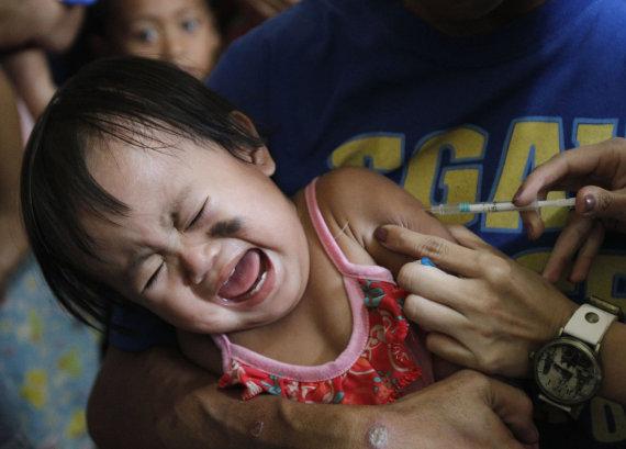 """""""Reuters""""/""""Scanpix"""" nuotr./Vaikui švirkščiama vakcina nuo tymų"""
