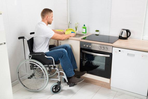 123RF.com nuotr./Žmonėms, turintiems negalią, buityje dažnai reikalinga pagalba