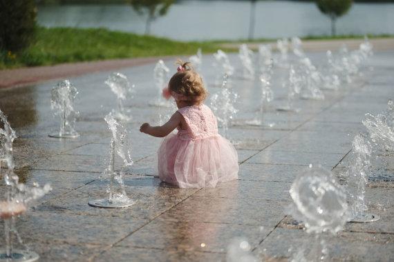123RF.com nuotr./Mergaitė prie fontanų