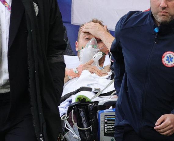 """""""Reuters""""/""""Scanpix"""" nuotr./Christiano Erikseno incidentas Europos futbolo čempionato metu Kopenhagoje"""