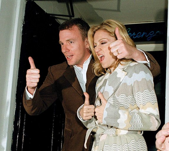 Vida Press nuotr./Guy Ritchie ir Madonna (2002 m.)