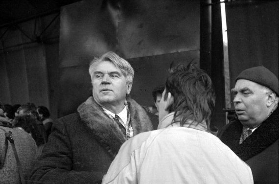 J.Juknevičiaus nuotr./Lietuvos persitvarkymo sąjūdžio mitingas pirmąją Sovietų Sąjungos komunistų partijos centro komiteto generalinio sekretoriaus Michailo Gorbačiovo vizito Lietuvoje dieną. Antroje eilėje iš kairės: 1. Antanas Terleckas, 2. Viktoras Petkus. Vilnius, Gedimino (dabar – Katedros) aikštė. 1990 m. sausio 11