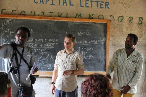 """Kelionių organizatoriaus """"GRŪDA"""" nuotr./Straipsnio autorius R. Šalna aštuonmetėje Turmio mokykloje, Etiopija"""