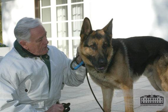 istorineprezidentura.lt / Džojos Gundos Barysaitės nuotr./Valdas Adamkus ir jo šuo Sargis