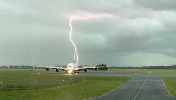 """""""Reuters""""/""""Scanpix"""" nuotr./Žaibas, trenkiantis prie lėktuvo"""