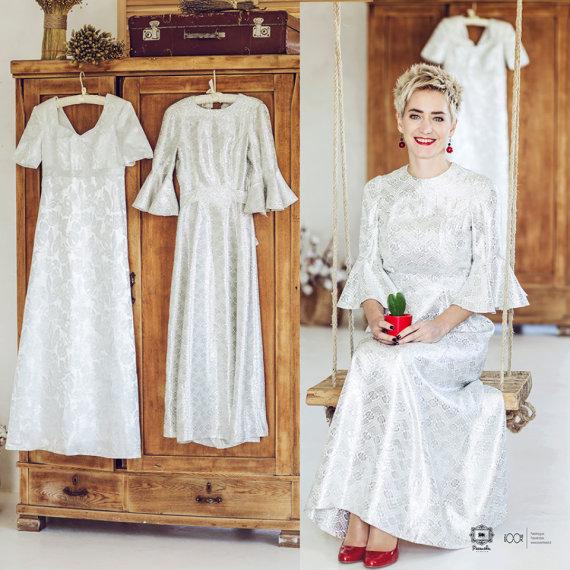 Akvilės Razauskienės nuotr./Rasa Tapinienė su savo mamos vestuvine suknele