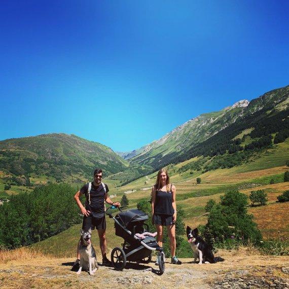 Asmeninio archyvo nuotr./Albertas ir Mingailė su sūneliu ir šunimis kalnuose