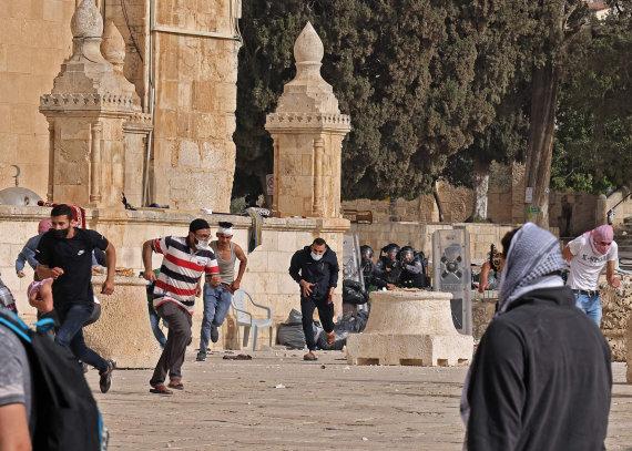 """AFP/""""Scanpix"""" nuotr./Susirėmimai prie Al Aksos mečetės Jeruzalėje"""