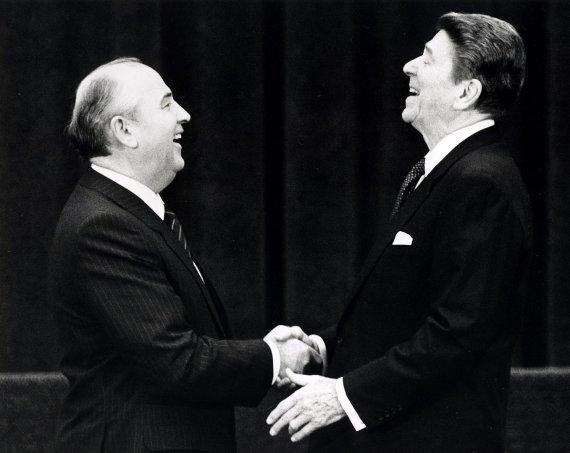 """""""Reuters""""/""""Scanpix"""" nuotr./Sovietų sąjungos lyderis Michailas Gorbačiovas ir JAV prezidentas Ronaldas Reaganas (1985 m.)"""