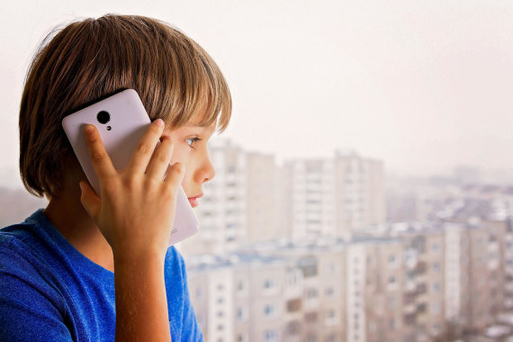 Vida Press nuotr./Vaikas kalba telefonu.