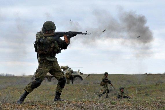 """AFP/""""Scanpix"""" nuotr./Rusijos kariai per pratybas netoli Čečėnijos"""