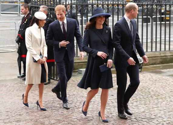 """AFP/""""Scanpix"""" nuotr./Princas Harry su Meghan Markle ir princas Williamas su Kembridžo hercogiene Catherine"""