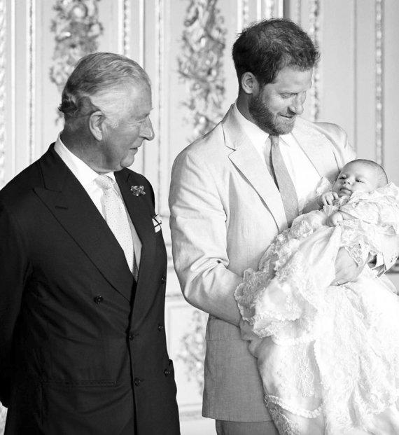 """""""Scanpix""""/AP nuotr./Princas Charlesas ir princas Harry prieš jo sūnaus Archie krikštynas"""
