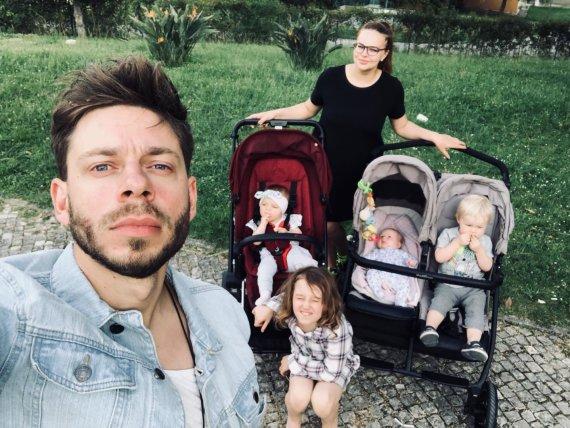 Asmeninio albumo nuotr./Jurgis Brūzga, Gintarė Valaitytė su savo vaikais, Rasos Micachienės dukra Paulė (apačioje)