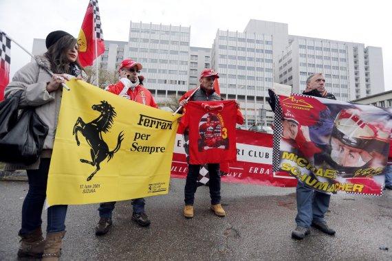 """""""Reuters""""/""""Scanpix"""" nuotr./Michaelio Schumacherio gerbėjai prie Grenoblio ligoninės"""