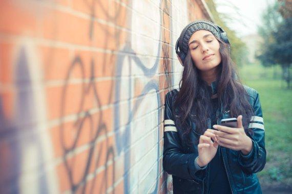 Shutterstock nuotr./Mergina klausosi muzikos.