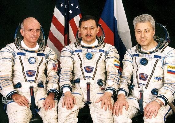 """Wikimedia commons iliustr./""""Sojuz TM-32"""" ekipažas: Dennis Tito, Talgatas Musabajevas ir Jurijus Baturinas"""
