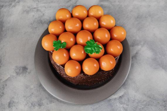 Restorano archyvo nuotr./Šokolado ir morkų tortas su šaltalankiais bei varškės sūriu
