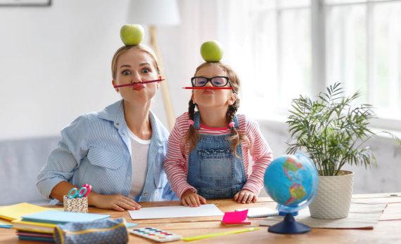 123RF.com nuotr./Mama moko dukrą namuose