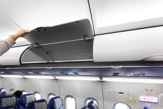123rf.com nuotr./Lėktuvo salono bagažo lentyna