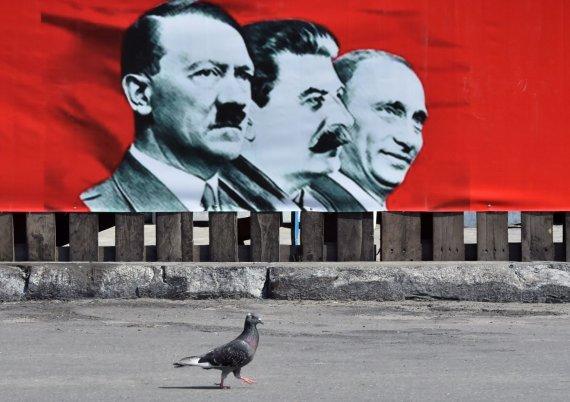 """AFP/""""Scanpix"""" nuotr./Adolfas Hitleris, Josifas Stalinas ir Vladimiras Putinas"""